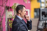 """Dreharbeiten der Partei Buendnis 90/Die Gruenen am Mittwoch den 22. Maerz 2017 in Berlin-Kreuzberg mit den Bundesvorsitzenden Cem Oezdemir fuer einen Film gegen das Erdogan-Referendum. In dem Film ruft Oezdemir auf Deutsch und Tuerkisch dazu auf mit """"Nein"""" (tuerk. """"Hayir"""") zu stimmen.<br /> Der tuerkische Staatspraesident Recep Tayyip Erdogan laesst am 16. April 2017 in einem Referendum ueber die Einfuehrung eines Praesidialsystem abstimmen. Kritiker befuerchten die Einfuehrung einer Diktatur.<br /> Im Bild: Cem Oezdemir vor den Dreharbeiten.<br /> 22.3.2017, Berlin<br /> Copyright: Christian-Ditsch.de<br /> [Inhaltsveraendernde Manipulation des Fotos nur nach ausdruecklicher Genehmigung des Fotografen. Vereinbarungen ueber Abtretung von Persoenlichkeitsrechten/Model Release der abgebildeten Person/Personen liegen nicht vor. NO MODEL RELEASE! Nur fuer Redaktionelle Zwecke. Don't publish without copyright Christian-Ditsch.de, Veroeffentlichung nur mit Fotografennennung, sowie gegen Honorar, MwSt. und Beleg. Konto: I N G - D i B a, IBAN DE58500105175400192269, BIC INGDDEFFXXX, Kontakt: post@christian-ditsch.de<br /> Bei der Bearbeitung der Dateiinformationen darf die Urheberkennzeichnung in den EXIF- und  IPTC-Daten nicht entfernt werden, diese sind in digitalen Medien nach §95c UrhG rechtlich geschuetzt. Der Urhebervermerk wird gemaess §13 UrhG verlangt.]"""