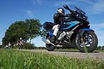 Foto: VidiPhoto<br /> <br /> ASSEN – Motorrijders togen zaterdag massaal de weg op, op misschien wel het laatste warme weekend van het jaar. In de provincie Drenthe, rond Assen, waren motortourtochten uitgezet door diverse motorclubs. Het prachtige weer zorgde overal voor grote drukte. Vanaf woensdag wordt voor een lange periode nat en herfstachtig weer voorspeld, met temperaturen (ruim) onder de twintig graden. Het lijkt er op dat de zomer nu definitief voorbij is.