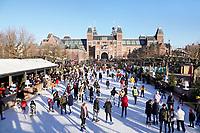 Nederland - Amsterdam .   IJsbaan op het Museumplein. Het Rijksmuseum.    Foto Berlinda van Dam / Hollandse Hoogte