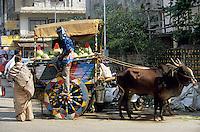 Asie/Inde/Maharashtra/Bombay: Colaba Market - Attelage avec des vaches d'un marchand de pastèques