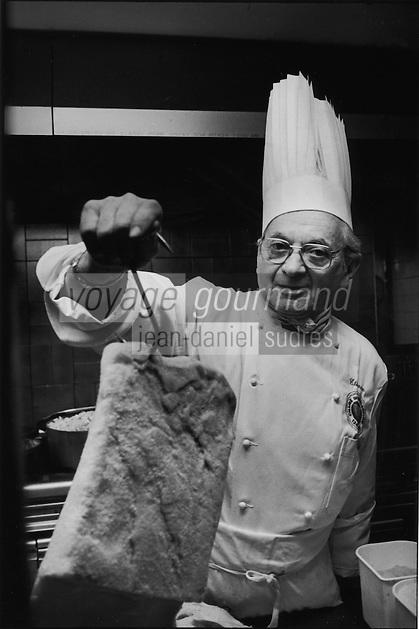 """Europe/France/Languedoc-Roussillon/11/Aude/La Bastide d'Anjou: Etienne Rousselot de """"L'Hostellerie Etienne"""" prépare son cassoulet<br /> PHOTO D'ARCHIVES // ARCHIVAL IMAGES<br /> FRANCE 2000"""