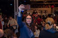 """Der ehemalige Praesident Brasiliens, Luiz Inacio Lula da Silva sprach am Dienstag den 10. Maerz 2020 in Berlin auf einer Veranstaltung der Friedrich Ebert Stiftung und der Gewerkschaft IG Metall vor ca. 600 Menschen. <br /> Sein Thema war """"Verteidigung der Demokratie in Brasilien"""".<br /> Im Bild: Die SPD-Bundestagsabgeordnete Yasmin Fahimi mach ein Selfie.<br /> 10.3.2020, Berlin<br /> Copyright: Christian-Ditsch.de<br /> [NUR FUER REDAKTIONELLE ZWECKE! Werbung nur auf Anfrage beim Fotografen. Inhaltsveraendernde Manipulation des Fotos nur nach ausdruecklicher Genehmigung des Fotografen. Vereinbarungen ueber Abtretung von Persoenlichkeitsrechten/Model Release der abgebildeten Person/Personen liegen nicht vor. NO MODEL RELEASE! Don't publish without copyright Christian-Ditsch.de, Veroeffentlichung nur mit Fotografennennung, sowie gegen Honorar, MwSt. und Beleg. Konto: I N G - D i B a, IBAN DE58500105175400192269, BIC INGDDEFFXXX, Kontakt: post@christian-ditsch.de<br /> Bei der Bearbeitung der Dateiinformationen darf die Urheberkennzeichnung in den EXIF- und  IPTC-Daten nicht entfernt werden, diese sind in digitalen Medien nach §95c UrhG rechtlich geschuetzt. Der Urhebervermerk wird gemaess §13 UrhG verlangt.]"""