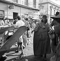 Frau der Goajira-Indianer auf einem Markt in Maracaibo, Venezuela 1966. Indigenous woman of Goajira at a mart in Maracaibo, Venezuela 1966.