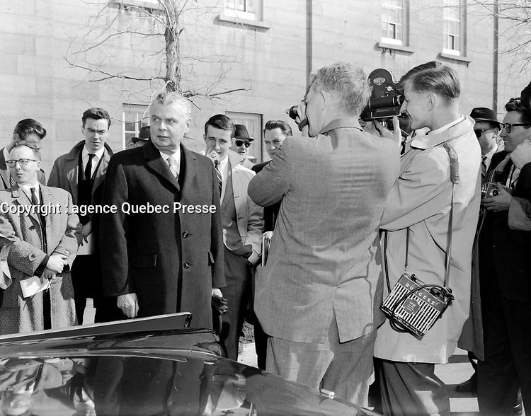 John Diefenbaker - Dissolution des chambres chez le general Vanier<br /> , le 19 avril 1962<br /> <br /> On remarque  un cameraman (en 16mm ?) a droite<br /> <br /> Photographe : Photo Moderne<br /> - Agence Quebec Presse