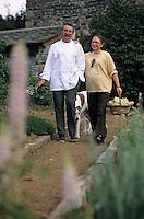 """Europe/France/Auvergne/43/Haute-Loire/Moudeyres: Marlène et Carlos Grooaert dans leur potager de l'hôtel-restaurant """"Le Pré Bossu"""" [Non destiné à un usage publicitaire - Not intended for an advertising use]"""