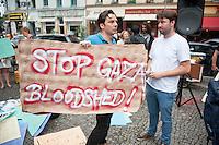 """Israelis demonstrieren in Berlin  gegen Gaza-Krieg.<br /> Mehrere hundert Menschen folgtem einem Aufruf von Israelis und Juden die in Berlin leben zu einer Demonstration gegen den Krieg Israels gegen im Gaza-Streifen. An der Demonstration nahmen auch Menschen aus arabischen Laendern und Deutschland teil. Gemeinsam riefen sie Parolen gegen Israel, Antisemitismus, Antiislamismus und forderten ein sofortiges Ende des Krieges.<br /> Im Bild: Ein Demonstrant mit einem Schild """"Stoppt das Blutvergiessen in Gaza"""" (engl.).<br /> 30.7.2014, Berlin<br /> Copyright: Christian-Ditsch.de<br /> [Inhaltsveraendernde Manipulation des Fotos nur nach ausdruecklicher Genehmigung des Fotografen. Vereinbarungen ueber Abtretung von Persoenlichkeitsrechten/Model Release der abgebildeten Person/Personen liegen nicht vor. NO MODEL RELEASE! Don't publish without copyright Christian-Ditsch.de, Veroeffentlichung nur mit Fotografennennung, sowie gegen Honorar, MwSt. und Beleg. Konto: I N G - D i B a, IBAN DE58500105175400192269, BIC INGDDEFFXXX, Kontakt: post@christian-ditsch.de<br /> Urhebervermerk wird gemaess Paragraph 13 UHG verlangt.]"""