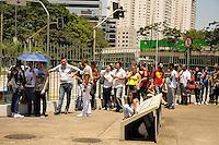 SÃO PAULO-SP-30.11.2014-HOMENAGEM À ROBERTO BOLAÑOS - Cerca de 10 mil pessoas aguardam para ver a exposição de homenagem ao Chaves .(Roberto Bolaños)Memorial da América Latina.Região oeste da cidade de São Paulo na manhã desse domingo,30.(Foto:Kevin David/Brazil Photo Press)