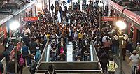 SÃO PAULO, SP, 02.06.2021:  Movimentação CPTM SP -Vista da grande  movimentação de passageiros nas plataformas da estação da Luz na região central da cidade de São Paulo na manhã desta quarta- feira (02).