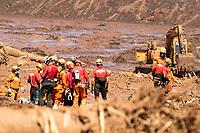 BRUMADINHO, MG, 29.01.2019:ROMPIMENTO DA BARRAGEM EM BRUMADINHO. Bombeiros e representantes de Israel (em verde) trabalham na escavação dos dois onibus apos desastre ambiental na represa da Cia Vale, em Corrego do Feijao-Brumadinho, região metropolina de Belo Horizonte, MG, na manhã desta terça feira (29) (foto Giazi Cavalcante/Codigo19)