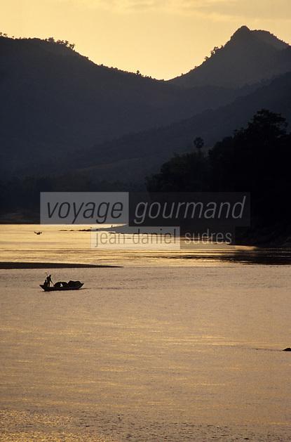 Asie/Laos/ENV Ventiane/Luang Prabang: le Mékong [vu depuis le temple Vat Phra Bat] - Pêcheurs au soleil couchant