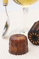 """Europe/France/Aquitaine/33/Gironde/Bassin d'Arcachon /Ares: les Cannelés bordelais de Joel Latour de l'Hotel-Restaurant """"Le Saint-Eloi"""" et verer de vin Sauternes"""