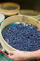 Europe/France/Midi-Pyrénées/31/Haute-Garonne/Toulouse: Confiserie - Fabrication des violettes de Toulouse à la Société Candiflor _ Tamisage des fleurs de violette cristallisées