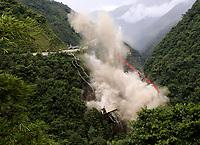 PUENTE DE CHIRAJARA - COLOMBIA, 11-07-2018:Implosión puente de Chirajara.Implosión de la torre C del colapsado puente de Chirajara donde murieron nueve trabajadores en el mes de enero  , Coviandes contrató a la firma Demoliciones Atila Implosión SAS, que empleó 200 kilos de explosivos marca Indugel , 3.000 metros de cordón detonante y 30 detonadores manipulados por 11 técnicos en explosivos.Cuatro segundos duró la demolición./Demolition of tower C of the collapsed bridge of Chirajara where nine workers died in the month of January, Coviandes hired Demoliciones Atila Implosión SAS, which used 200 kilos of Indugel brand explosives, 3,000 meters of detonating cord and 30 detonators manipulated by 11 explosives technicians. Four second hard demolition Photo: VizzorImage / Felipe Caicedo / Satff