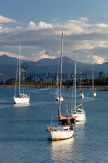 New Zealand, South Island, Nelson region, Mapua: Yachts anchored in estuary of Tasman Bay by Rabbit Island | Neuseeland, Suedinsel, Region Nelson, Mapua: Tasman Bay bei Rabbit Island an der Nordseite der Suedinsel