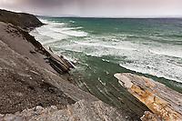 Europe/France/Aquitaine/64/Pyrénées-Atlantiques/Pays-Basque/Env  Ciboure: La Corniche basque ou Corniche d'Urrugne - les hautes falaises de flyschs plongent en oblique leurs roches feuilletées vigoureusement attaquées par les flots