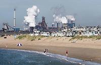 Nederland IJmuiden aan Zee - 2019. Strandhuisjes in IJmuiden. Op de achtergrond Tata Steel, de vroegere Hoogovens. Foto Berlinda van Dam / Hollandse Hoogte