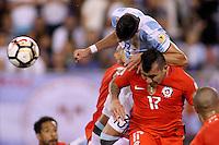 NEW JERSEY - UNITED STATES, 26-06-2016: Ramiro Funes Mori (Izq) jugador de Argentina (ARG) disputa el balón con Gary Medel (Der) jugador de Chile (CHI) durante partido por la final de la Copa América Centenario USA 2016 jugado en el estadio Metlife en New Jersey, NJ, USA. /  Ramiro Funes Mori (L) player of Argentina (ARG) fights the ball with Gary Medel (R) player of Chile (CHI) during match for the final of the Copa América Centenario USA 2016 played at Metlife stadium in New Jersey, NJ, USA. Photo: VizzorImage/ Luis Alvarez /Str?