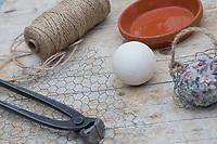 """Knödelschaukel, Knödel-Körbchen, Meisenknödel-Schaukel, Halterung basteln für Meisenknödel aus Maschendraht, Kaninchendraht und Schnur. benötigt wird: Kaninchendrahlt, Schnur, Ball, Drahlzange, runder Blumenuntersetzer. Selbstgemachte Fettfuttermischung, Fettfutter aus Kokosfett, Sonnenblumenkernen, Erdnussbruch, Körnermix, Körnermischung, Sonnenblumenöl, Vogelfutter selbst herstellen, Vogelfutter selber machen, Vogelfutter selbermachen, Vogelfütterung, Fütterung, bird's feeding, """"upcycling, Wiederverwertung"""""""