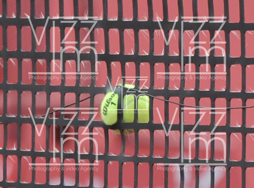 BOGOTA – COLOMBIA – 20-07-2014: Ivo Karlovic de Croacia, en su servicio a Bernard Tomic de Australia, dejo clavada la bola a la red durante partido de la final del Open Claro Colombia de tenis ATP 250, que se realiza en las canchas del Centro de Alto Rendimiento en Altura en la ciudad de Bogota.  / Ivo Karlovic of Croatia in their service to Bernard Tomic of Australia, left pinned the ball to the net during the final match of the Tennis Open ATP Clear Colombia 250, which takes place in the courts of the Centro de Alto Rendimiento en Altura in Bogota city. Photo: VizzorImage / Luis Ramirez / Staff.