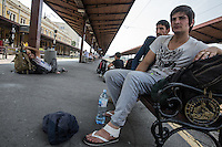 Migranti in attesa alla stazione dei treni di Belgrado <br />