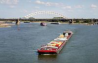Nederland  Nijmegen  - September 2020 .   De Waalbrug. Containerschip in de Waal.    Foto : ANP/ Hollandse Hoogte / Berlinda van Dam