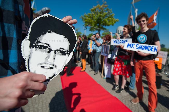 """Snowden-Aktion vor dem NSA-Untersuchungsausschuss.<br />Mitglieder der Piratenpartei hiessen am Donnerstag den 22. Mai 2014 den Whistleblower Edward Snowden vor Beginn der Sitzung des NSA-Untersuchungsausschuss symbolisch willkommen. Mit der Aktion unter dem Motto """"Snowden nach Berlin - fuer einen sicheren Aufenthalt von Edward Snowden in  Deutschland"""" warb die Piratenpartei dafuer, dass Edward Snowden zum Untersuchungsausschuss nach Berlin eingeladen wird. """"Um die Aufarbeitung des Ueberwachungsskandals nicht vollstaendig zur Farce werden zu lassen, halten wir es fuer unabdingbar, Edward Snowden als Zeugen nach Berlin zu laden"""", so die Piraten.<br />22.5.2014, Berlin<br />Copyright: Christian-Ditsch.de<br />[Inhaltsveraendernde Manipulation des Fotos nur nach ausdruecklicher Genehmigung des Fotografen. Vereinbarungen ueber Abtretung von Persoenlichkeitsrechten/Model Release der abgebildeten Person/Personen liegen nicht vor. NO MODEL RELEASE! Don't publish without copyright Christian-Ditsch.de, Veroeffentlichung nur mit Fotografennennung, sowie gegen Honorar, MwSt. und Beleg. Konto: I N G - D i B a, IBAN DE58500105175400192269, BIC INGDDEFFXXX, Kontakt: post@christian-ditsch.de]"""