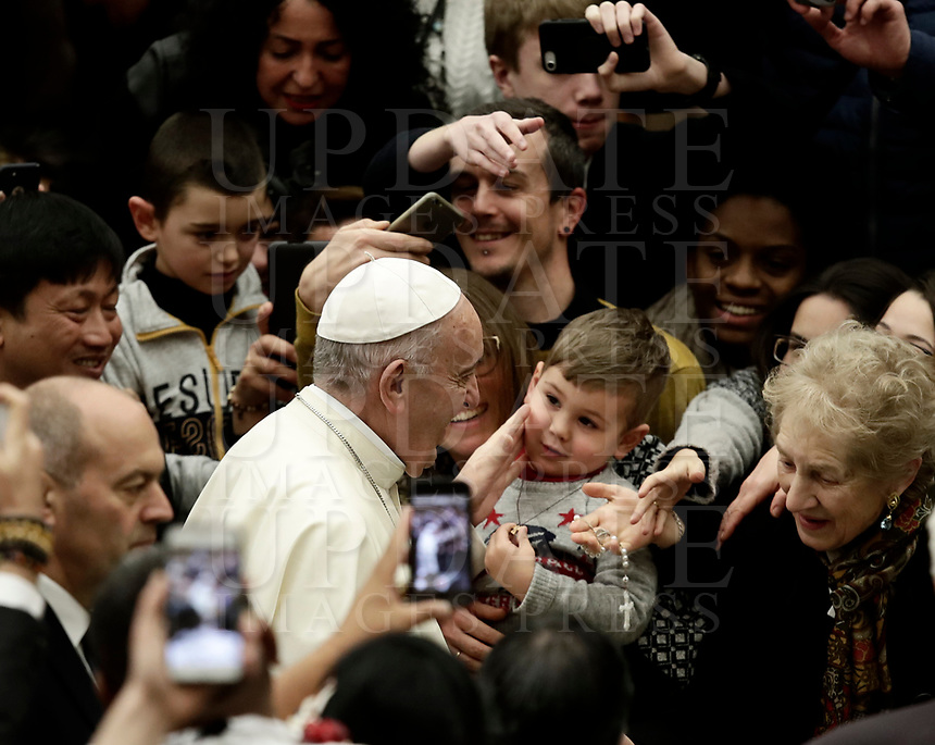 Papa Francesco accarezza un bambino al suo arrivo all'Udienza Generale del mercoledi' in aula Paolo VI in Vaticano, 3 gennaio 2018.<br /> Pope Francis caresses a child as he arrives to lead his weekly general audience in Paul VI Hall at the Vatican, on January 3, 2018.<br /> UPDATE IMAGES PRESS/Isabella Bonotto<br /> <br /> STRICTLY ONLY FOR EDITORIAL USE