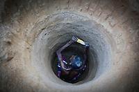 MADAGASCAR, region Manajary, town Vohilava, small scale gold mining, man digs new shaft in sand / MADAGASKAR Mananjary, Vohilava, kleingewerblicher Goldabbau, Mann graebt einen neuen Stollen in den Sand