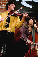 Tarafikants, groupe de musique des Balkans.Dalhia noir, cafe-librairie sur les quais de la Vilaine