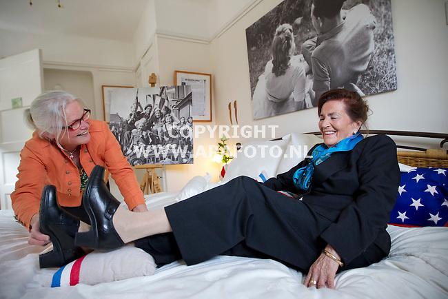 Nijmegen, 270412<br /> Bed and Breakfast St. Anna heeft een inrichting met WO2 als thema. De eigenares legt een kussentje onder de voeten van ?. ? heeft een boek geschreven over WO2.<br /> Foto: Sjef Prins - APA Foto