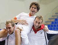 06-03-11, Tennis, Oekraine, Kharkov, Daviscup, Oekraine - Netherlands,  Robin Haase  gaat na de winst van Oranje op de schouders bij teamgenoten Thiemo de Bakker en Thomas Schoorel(R)