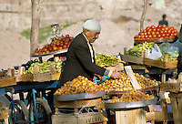 - road market of fruit and vegetables in Erzurum (south-oriental Turkey, Turkish Kurdistan) ....- mercato di strada di frutta e verdura ad Erzurum (Turchia sud-orientale, Kurdistan turco)