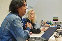 Amal, Berlin!<br /> Amal, Berlin! ist ein Projekt der Evangelischen Journalistenschule in Zusammenarbeit mit der Evangelischen Kirche in Deutschland, der Koerber-Stiftung, der Schoepflin-Stiftung sowie weiteren Partnern.<br /> Amal, Berlin! informiert Montag bis Freitag auf Arabisch und Dari/Farsi darueber, was in der Stadt los ist. Das Wichtigste vom Tage wird ergaenzt durch Reportagen, Interviews und Kommentare. Journalisten und Journalistinnen aus Syrien, Afghanistan, Aegypten und Iran betreiben diese mobile Nachrichtenplattform als eine lokale Tageszeitung fuer das Smartphone.<br /> Im Bild vlnr.: Abduol R., Amloud A.<br /> 20.9.2021, Berlin<br /> Copyright: Christian-Ditsch.de