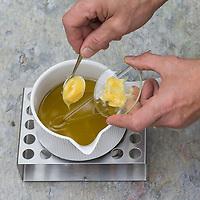 3. Schritt Nachtkerzen-Creme-selbermachen: Lanolin wird zum Nachtkerzenöl hinzugegeben in einen Topf, der auf einem Stövchen erwärmt wird. Nachtkerzen-Heilcreme, Nachtkerzencreme, Herstellung von Heilsalbe, Heilcreme, Kreme, Hautcreme, Creme, Salbe, Creme selbermachen aus Nachtkerzenöl, Nachtkerzentee, Lanolin und Bienenwachs, Cosmetics, cosmetics self-made, cream, crème, onguent, baume, pommade cicatrisante. Gewöhnliche Nachtkerze, Zweijährige Nachtkerze, Oenothera biennis, Common Evening Primrose, Evening-Primrose, Evening star, Sun drop, Onagre