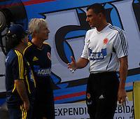 BARRANQUILLA, COLOMBIA - 18-03-2013: José Pekerman (C) entrenador de la Selección Colombia habla con Farid Mondragón (Der.) durante entreno en Barranquilla, marzo 18 de 2103. El equipo colombiano se prepara en Barranquilla para los partidos contra Bolivia el 22 de marzo y Venezuela el 26 de marzo, partidos clasificatorios a la Copa Mundial de la FIFA Brasil 2014. (Foto: VizzorImage / Luis Ramírez / Staff). José Pekerman (C) coach of the Colombian national team speaks with Farid Mondragon (R) during a training session in Barranquilla on March 18, 2012. The Colombia team prepares for the games against Bolivia next March 23 and Venezuela on March 26, matchs qualifying for the FIFA World cup Brazil 2014. Photo: VizzorImage / Luis Ramirez/ Staff
