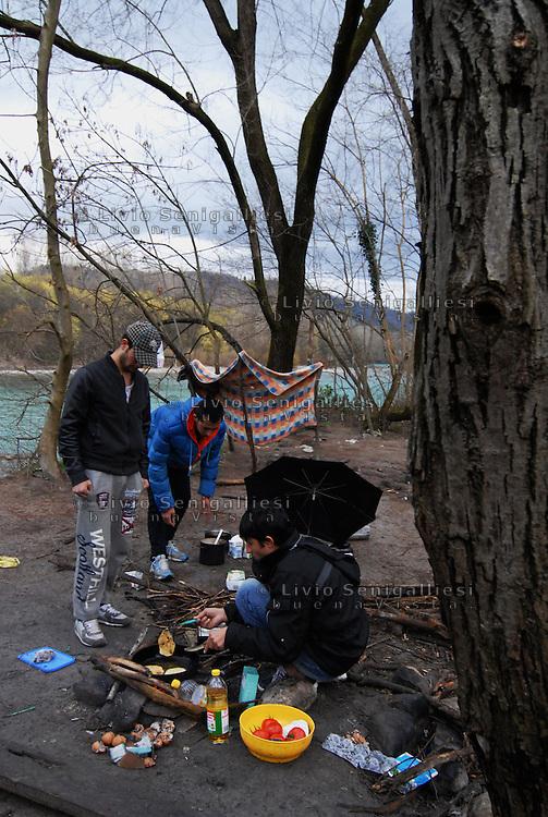 """Gorizia / Italia - feb.2016<br /> Profughi afghani, appena giunti a Gorizia attraverso la rotta balcanica, vivono nella """"Jungle"""", la fitta boscaglia lungo il fiume Isonzo. Si recano alla Caritas per la cena o si rivolgono al team medico di MSF in caso di malattia. Molti di loro sono stati respinti alla frontiera austriaca e hanno richiesto asilo politico in Italia.<br /> Afghan refugees, just arrived in Gorizia through the Balkan route, live in the """"Jungle"""", the thick bush along the Isonzo river. Often they go to Caritas for dinner or go to the doctor for MSF teams in case of illness.<br /> Many of them were rejected to the Austrian border and requested political asylum in Italy.<br /> Photo Livio Senigalliesi"""