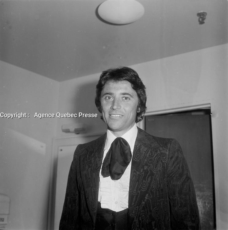 Le chanteur francais Sacha Distel en visite au Quebec.<br /> (date inconnue, avant 1985)<br /> <br /> <br /> PHOTO :  Agence Quebec Presse - Roland Lachance
