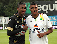 BOGOTA -COLOMBIA, 20 -SEPTIEMBRE-2014. Paulo Cesar Arango ( D) de La Equidad   junto con su hermano Johan Arango  ( I ) del Once Caldas se encontraron antes  del  partido de la  decima  fecha  de La Liga Postobón 2014-2. Estadio Metroplitano de Techo . / Paulo Cesar Arango (R) of Equidad  with his brother Johan Arango  (L) of Once Caldas together with his brother  before match  tenth game of the La Liga Postobón date 2014-2. Metropolitano de Techo  Stadium . Photo: VizzorImage / Felipe Caicedo / Staff