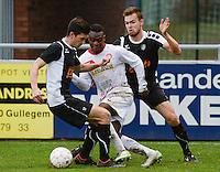 FC Gullegem - Racing Gent Zeehaven : Andre Ntambue (midden) gaat doormidden het duo Guus Vandekerckhove (links) en Gauthier Van De Geuchte (r) <br /> Foto VDB / Bart Vandenbroucke
