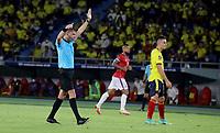 BARRANQUILLA – COLOMBIA, 09-09-2021: Andres Cunha, arbitro de Uruguay, durante partido entre los seleccionados de Colombia (COL) y Chile (CHI), de la fecha 9 por la clasificatoria a la Copa Mundo FIFA Catar 2022, jugado en el estadio Metropolitano Roberto Melendez en Barranquilla. / Andres Cunha, referee of Uruguay, during match between the teams of Colombia (COL) and Chile (CHI), of the 9th date for the FIFA World Cup Qatar 2022 Qualifier, played at Metropolitan stadium Roberto Melendez in Barranquilla. / Photo: VizzorImage / Jairo Cassiani / Cont.