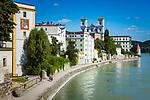 Deutschland, Niederbayern, Passau: am Innkai entlang, im Hintergrund die Kirche St. Michael | Germany, Lower Bavaria, Passau: alongside river Inn, at background church St. Michael