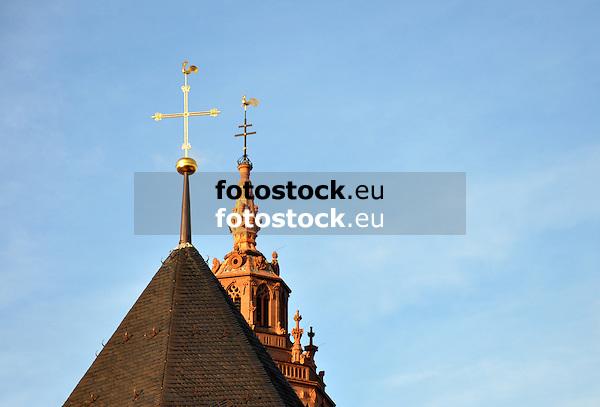 Kirchturmspitzen vorne Johanniskirche (St. Johannis), hinten der Domsgickel (2013 Neuvergoldung) auf dem Dom St. Martin im Abendlicht