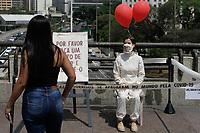 SÃO PAULO, SP, 16.09.2020: VIRADA-SUSTENTÁVEL-PERFORMANCE-SP - Performance artística ''Liberte um Sorriso'', no viaduto do Chá na região central de São Paulo, nesta quarta-feira (16), busca questionar e provocar a criação de novas formas de afetos que podem vir a surgir a partir do distanciamento social e do uso contínuo das máscaras. A performance ''Liberte um Sorriso'' faz parte da 10º Virada Sustentável que começa nesta quarta-feira (16) com intervenções urbanas nas cinco regiões da cidade, discussões online sobre sustentabilidade, palestras e participação de nomes como Elza Soares e Preta Gil. (Foto: Fábio Vieira/FotoRua)