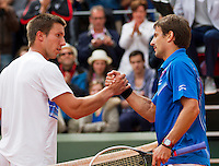 29-05-13, Tennis, France, Paris, Roland Garros,  Igor Sijsling shakes hands with Tommy Robredo, Robredo wins in five after been twoo sets down.