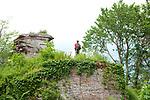 Europa, DEU, Deutschland, Rheinland-Pfalz, Suedliche Weinstraße, Annweiler am Trifels, Trifelsland, Annweiler Felsenland, Typische Landschaft, Am Trifels, Wanderer, Natur, Umwelt, Landschaft, Jahreszeiten, Stimmungen, Landschaftsfotografie, Landschaften, Landschaftsphoto, Landschaftsphotographie, <br /> <br /> [Fuer die Nutzung gelten die jeweils gueltigen Allgemeinen Liefer-und Geschaeftsbedingungen. Nutzung nur gegen Verwendungsmeldung und Nachweis. Download der AGB unter http://www.image-box.com oder werden auf Anfrage zugesendet. Freigabe ist vorher erforderlich. Jede Nutzung des Fotos ist honorarpflichtig gemaess derzeit gueltiger MFM Liste - Kontakt, Uwe Schmid-Fotografie, Duisburg, Tel. (+49).2065.677997, ..archiv@image-box.com, www.image-box.com]