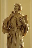 Großbritannien, Wales, Cardiff, Rathaus, Statue von Giraldus Cambrensis.townhall in Cardiff