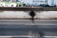 SÃO PAULO, SP, 22.06.2019: Ponte do Jaguaré Interditada : Vista de rachaduras na Ponte do Jaguaré após incêndio que atingiu a ponte na sexta - feira (21). A Ponte Jaguaré esta interditada na manhã  deste sábado (22) na região oeste da cidade de São Paulo SP. (Foto: Roberto Costa /Código 19).