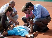 13-8-06,Den Haag, Tennis Nationale Jeugdkampioenschappen, winnaar jongens 16 jaar Xander Sprong ligt uitgeteld en compleet verzuurd op het gravel na zijn overwinning in 3 en een half uur op Tim van Terheijden en wordt bijgestaan door oa zijn vader(r)