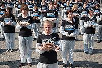 """Aus Protest gegen die industrielle Nutzung von Tieren halten am Dienstag den 25. Maerz 2014 vor dem Brandenburger Tor 100 Menschen 100 tote Tiere in den Haenden.<br />Ziel der Aktion war es, """"zu verdeutlichen, dass Tiere keine Produkte sondern empfindsame Lebewesen mit einem Recht auf Leben sind"""" so die Organisatoren von der Tierrechtsorganisation Animal Equality.<br />25.3.2014, Berlin<br />Copyright: Christian-Ditsch.de<br />[Inhaltsveraendernde Manipulation des Fotos nur nach ausdruecklicher Genehmigung des Fotografen. Vereinbarungen ueber Abtretung von Persoenlichkeitsrechten/Model Release der abgebildeten Person/Personen liegen nicht vor. NO MODEL RELEASE! Don't publish without copyright Christian-Ditsch.de, Veroeffentlichung nur mit Fotografennennung, sowie gegen Honorar, MwSt. und Beleg. Konto:, I N G - D i B a, IBAN DE58500105175400192269, BIC INGDDEFFXXX, Kontakt: post@christian-ditsch.de]"""