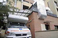 Milano, presso l'ospedale Sacco, una delle eccellenze italiane per la ricerca sulle malattie infettive e la loro cura, si approntano misure di sicurezza per prevenire il contagio dal virus Ebola. Il reparto ricovero con la speciale ambulanza per il trasporto di malati contagiosi